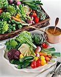Sélection de légumes et une petite casserole de cuivre de sauce