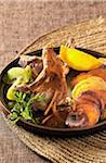 Côtelettes grillées avec les carottes, les pommes de terre et les kiwis