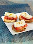 Fromage de chèvre, tomate et curry sur toasts