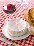 Camembert, Brot und ein Glas Rotwein