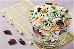 Reis, rote Kidney-Bohnen, Erbsen und Karotten Salat