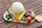 Ingrédients pour le chou blanc, concombre, salade de poires et noix