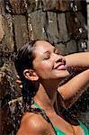 Schönes Mädchen im Pool mit Wasser Plantschen im Gesicht