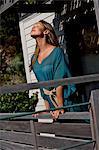 Schöne Mädchen auf einem Balkon Strandhaus
