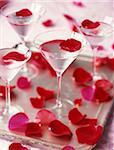 Liqueur cocktail avec pétales de rose