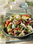Huhn, Museumspartner Bean, hart gekochtes Ei und Basilikum Salat