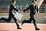 Geschäftsleute, die Übergabe Aktenkoffer im Staffellauf