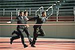 Geschäftsleute, die Annäherung an die Ziellinie im Rennen