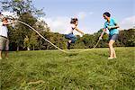 Parents et fils, saut à la corde dans le pré, Munich, Bavière, Allemagne