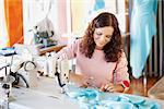 Souriant tailleur féminin travaillant