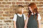 Deux écolières souriant