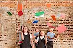 Enfants de jeter les livres dans l'air