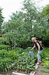 Plantes d'eau de femme dans l'arrière-cour