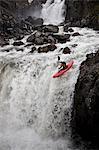 Mann Kanu über felsigen Wasserfall