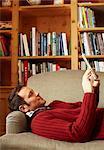 Mann Lesebuch auf sofa