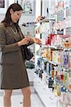 Geschäftsfrau für Parfum im Duty Free Shop einkaufen