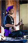 Homme jouant Sanshin Ryukyu Mura, Onna, Okinawa, îles de Ryukyu, Japon