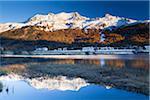 Piz Corvatsch dans la Bernina avec Sils im Engadin reflétant dans le lac de Sils, Engadin, Suisse