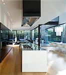 Intérieur de la maison de verre moderne. Cuisine ouverte avec l'unité de l'île dans des maison, Verlaine, Tel Aviv, Israël. Architectes : Pitsou Kedem