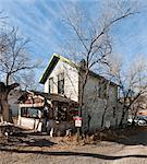 Blick auf halb-Derilict Holzhaus in die ehemalige Geisterstadt von Madrid, New Mexico.
