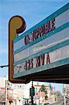 Ansicht des Portikus des heruntergekommenen Kinos auf der Hauptstraße in Las Vegas, New Mexico.
