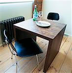 Deux chaises de part et d'autre de la table en bois dans la salle à manger moderne