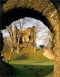 Longtown Schloß. Blick auf die Festung durch einen Bogen.