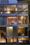 Y-3, Appartementhaus, Süd-Fassade am Abend. Architekten: Komada Takeshi und Komada Yuka, Komada Architektenbüro