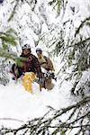 Snowboarder dans la neige profonde