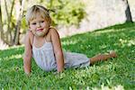 Kleines Mädchen liegend auf Gras, Porträt