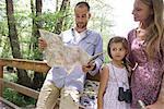 Famille une pause dans les bois pour consulter la carte