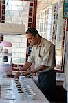 Thé de dégustation à l'usine de thé de Ceylan, Norwood Estates, Hill Country, Sri Lanka, Asie