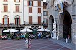 Café et statue, Piazza Vecchia, Bergamo, Lombardie, Italie, Europe