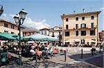 Piazza et cafe, Menaggio, lac de Côme, Lombardie, Italie, Europe