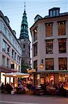 Nikolaj-Kirche und Restaurants bei Dämmerung, Kopenhagen, Dänemark, Skandinavien, Europa