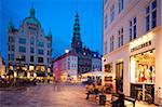 Nikolaj-Kirche und Restaurants in der Abenddämmerung, Armagertorv, Kopenhagen, Dänemark, Skandinavien, Europa