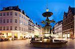 Restaurants und Brunnen in der Abenddämmerung, Armagertorv, Kopenhagen, Dänemark, Skandinavien, Europa