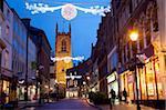 Weihnachtsbeleuchtung und Kathedrale in der Abenddämmerung, Derby, Derbyshire, England, Vereinigtes Königreich, Europa