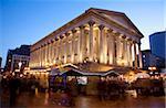 Stands du marché de Noël et mairie, City Centre, Birmingham, West Midlands, Angleterre, Royaume-Uni, Europe