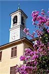 Eglise tour de l'horloge et de fleurs, Cadenabbia, lac de Côme, Lombardie, Italie, Europe