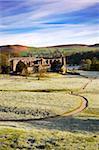 Ruines du Prieuré de Bolton (Bolton Abbey) un matin glacial, Parc National de Yorkshire Dales, Yorkshire, Angleterre, Royaume-Uni, Europe