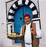 Jasmin vendeur dans l'embrasure de la porte, Sidi Bou Saïd, Tunisie, l'Afrique du Nord, Afrique