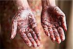 Mariée avec Mendhi sur la paume des mains