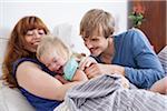 Eine junge Familie spielerisch Spaß im Bett