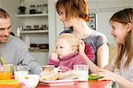 Couple et 2 enfants à la table du petit déjeuner