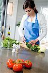 Jeune femme, hacher les légumes
