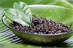 Feuilles séchées de thé vert, gros plan