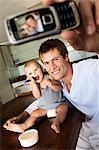 Vater und Sohn in der Küche, Mann Fotografieren des selbst, im Haus