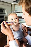 Vater und Sohn in der Küche, im Haus