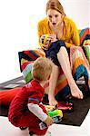 Jeune femme assise sur un canapé et de jouer avec son fils